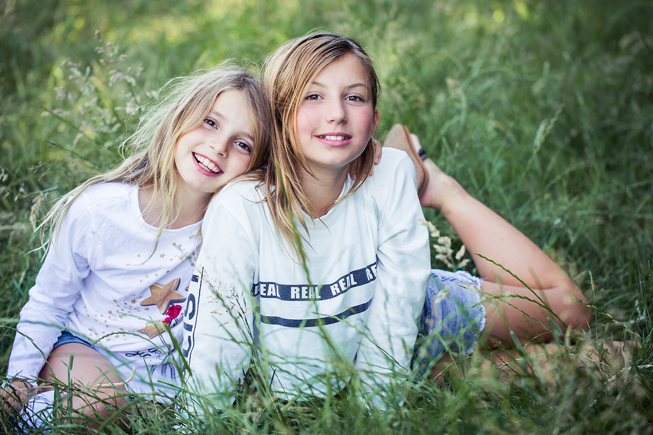 sisterhood_sisters_in_the_summer_grasses_sibling_photography